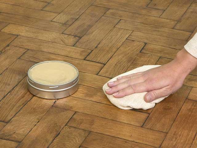 нанесение мастики на деревянный пол
